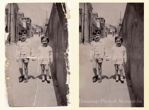 Dos hermanos posando en la calle de su pueblo para la foto