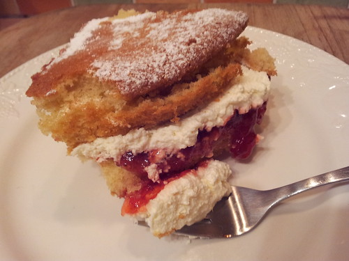 Victoria sponge by www.sussex-mtb.com