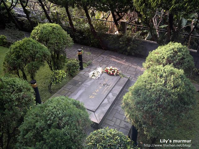 大師就長眠在故居後方的庭園處。