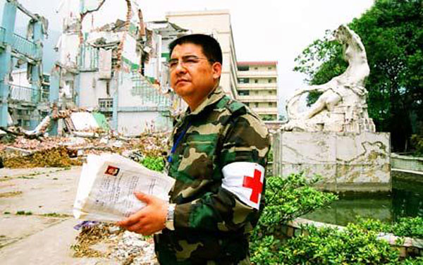Chen Guangbiao rendering help at the Sichuan earthquake site