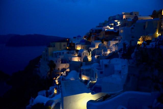 所住的洞穴式民宿提供有廚房和廚具,逛累的我們回洞穴料理晚餐(好像原始人的感覺),用餐完畢,已入夜,除了一些路燈以外,多數的民宿尚無房客入住,相當冷清。