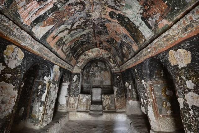 Karabaş Kilise 是我們經過的第一座教堂,按照解說牌的翻譯,它叫做「大教堂」,和後面幾座比起來,的確是不小。也有人稱它做「黑頭教堂」,可能這些壁畫被燻得烏漆抹黑,故得名?