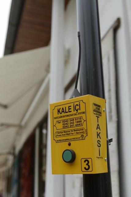 安塔利亞舊城區 (Kaleiçi) 每隔一兩條街,電線桿上裝有一奇妙的裝置 -- 計程車呼叫器。實際使用的結果,按鈴後大約兩三分鐘計程車就會過來了,這也是為了因應舊城區內巷弄狹窄,不便計程車四處遊蕩攬客的變通方式。