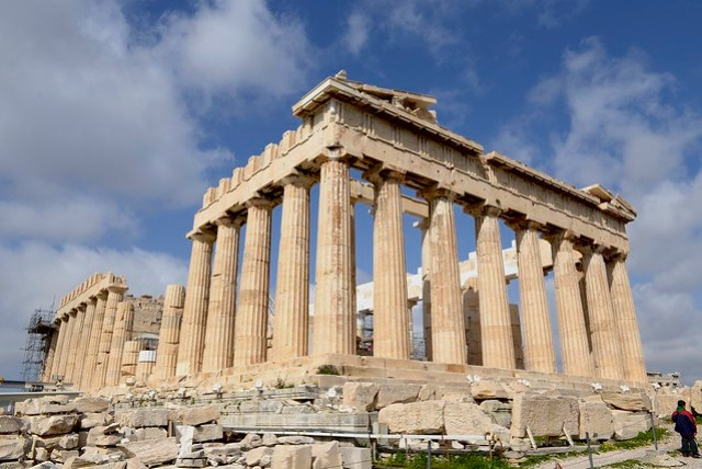 衛城 (Acropolis) 裡目前復原得最好的大概是巴特農神殿 (Parthenon),其供奉古希臘雅典娜女神,對於研究古希臘的歷史、建築、雕塑、宗教等都具有極其重要的價值,近兩個世紀,希臘持續進行修復與重建的工作,從歷史照片中可感受重建工程的困難與緩慢。