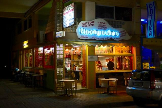 開了五個小時的車,終於抵達天空之城 Meteora 附近的城市卡蘭巴卡 (Kalampaka),其實我們的民宿是在更山上一些的 Kastraki,但卡蘭巴卡比較熱鬧,所以便停車下來覓食,目前吃得最不擔心的是 Gyros,一種用餅皮包裹洋蔥、沙拉、烤肉和薯條,有點像雞肉卷的食物。不像愛琴海小島,希臘內陸的旅遊似乎沒有受到淡季的影響,晚上仍有許多遊客在街上活動,十分熱鬧。