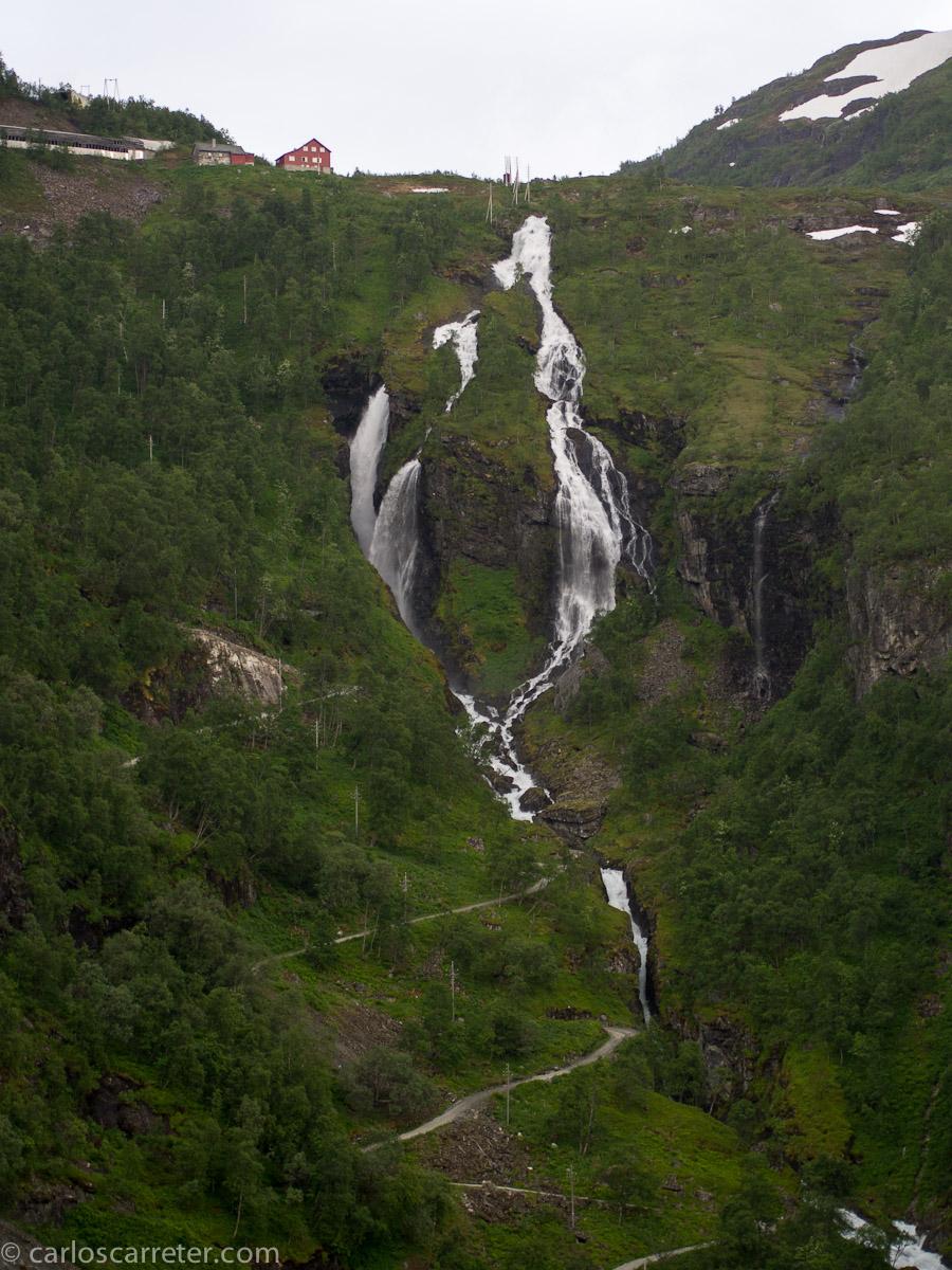 Saltos de agua desde el ferrocarril de Flåm