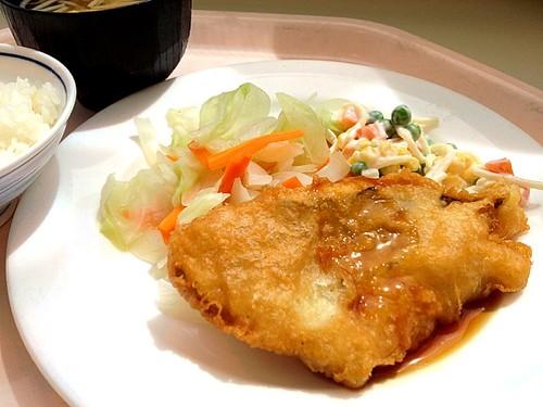 今日の社食は白身魚の唐揚げテリヤキソース。430円。