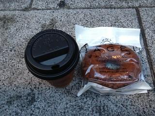 ソフトバンク銀座店で貰ったコーヒーとドーナツプラントのベーグル