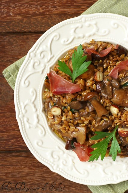 Salade d'épeautre aux champignons, speck et noisettes