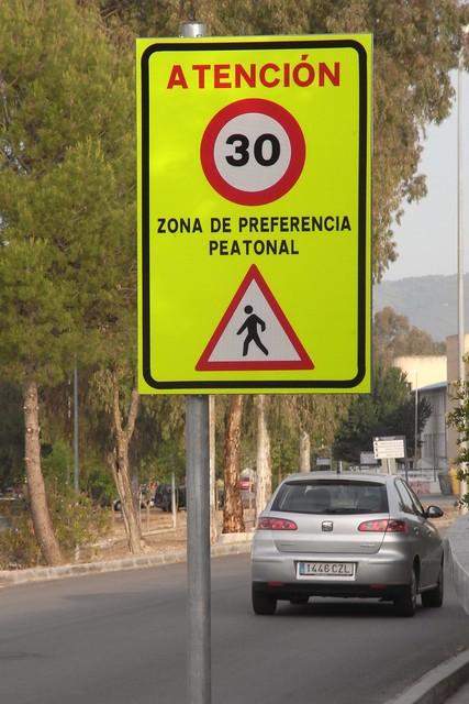 Señalizacion Campus Rabanales zona de preferencia Peatonal en vial Norte.