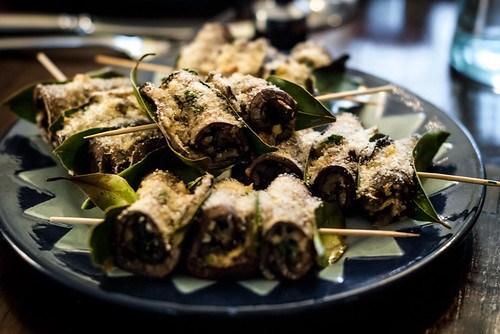 Siciliaans buffet: Involtini di melanzane oftewel gegratineerde rolletjes aubergine met vulling van pecorino, broodkruim en pijnboompitten