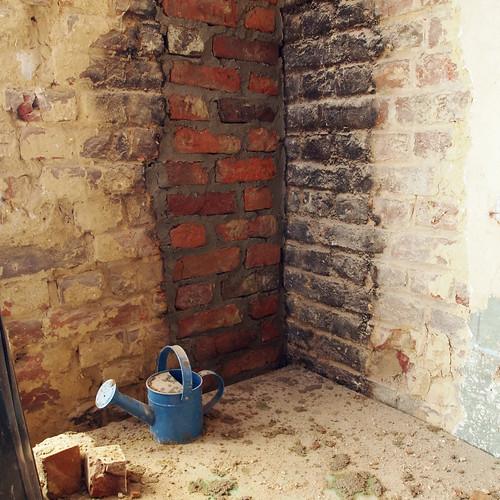 Rebouchage de l'ancienne cheminée de la cuisine
