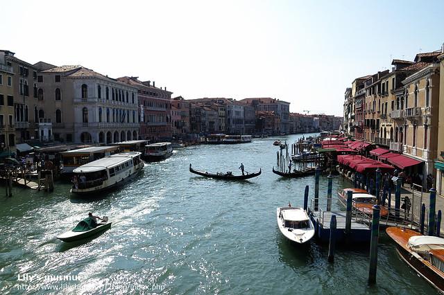 從嘆息橋往下拍,有貢多拉船,有公共快艇,還有大型的遊艇。構成威尼斯水道的獨特風景。