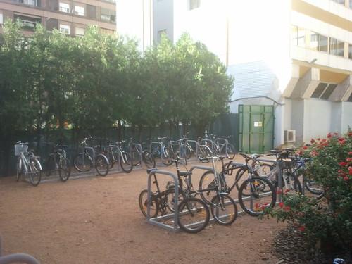 Aparcamiento para Bicicletas en edificio de Usos Múltiples de la Junta Andalucia en calle Santo Tomás de Aquino.