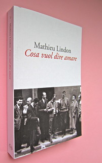 Mathieu Lindon, Cosa vuol dire amare; Barbès 2012. [resp. grafica non indicata]; fotog.: A. Robbe-Grillet, C. Simon, C. Mauriac, J. Lindon, R. Pinget, S. Beckett, N. Sarraute, C. Ollier, 1959 © M. Dondero. Dorso, cop. (part.), 1
