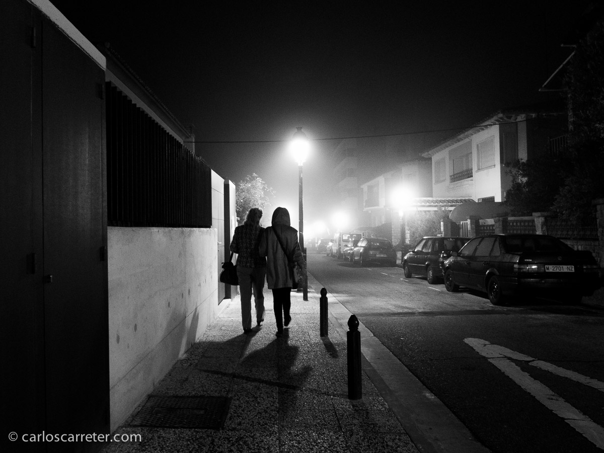Paisaje urbano con niebla