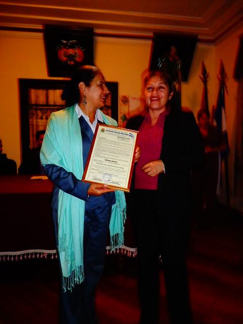 Lupe Cajías recibe reconocimiento en Vallegrande