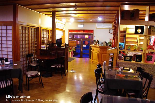 從正門口走進來後往回拍,右邊是陽光商鋪,有販售商品,站立的區域就是咖啡廳了。