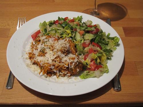 Bunter Salat zu Resten der Spaghetti mit pikanter Tomatensoße und Hackbällchen vom Vortag