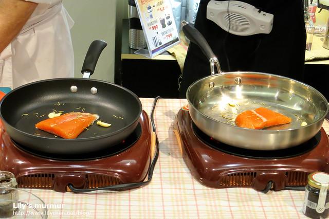 左邊是Bialetti里奧納多美食家系列平底鍋,右邊是不知品牌的平底鍋,兩者PK。