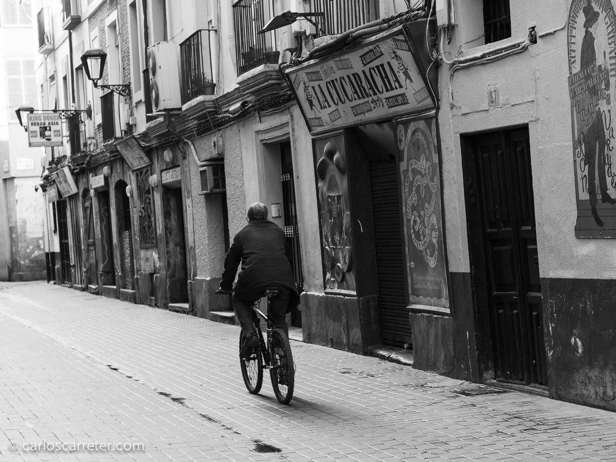 Por una desierta calle del Temple transita un ciclista