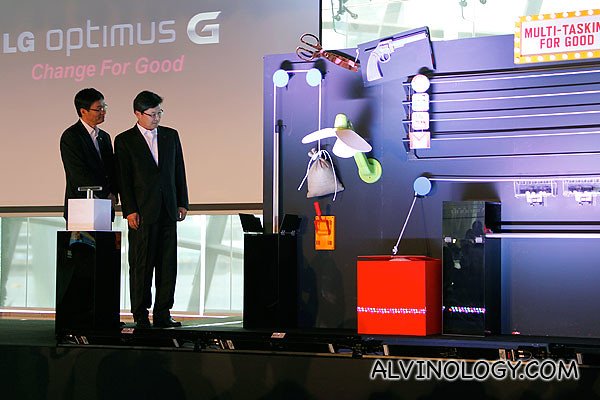 Mr Scott Jung , Managing Director, LG Electronics Singapore and Mr Kevin Shin, LG Mobile Communications Vice President of Marketing for Asia, the Middle East and CIS countries launching the LG Optimus G
