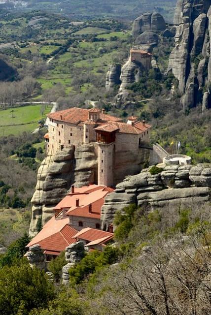 Rousanou 修道院為第二座修道院,目前裡面由修女看管。販售的紀念品(祈福品?)包括由修女手繪的修道院石塊,看著修女們專心塗鴉的神情,讓人產生一種忍不住不奉獻給他們的魔力。