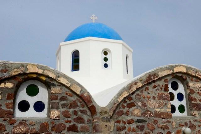 雙峰教堂這個名字是我自己亂取的。聖托里尼的伊亞 (Oia) 村有許多藍頂的教堂,密集的程度似乎高於其他其他村落,形成一股特殊的樣貌。
