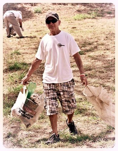 Don Jorge trabajando el la limpieza del Bosque Urbano El Samán by Remmanuelli