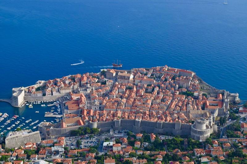[2016克羅埃西亞Croatia]自助21日Day3.Lokrum島,是熱門的度假勝地,團友們說這邊的巷道很有威尼斯的感覺。此城有27座塔,近年最有名的大概就是冰與火之歌劇中的君臨城,因為丘奶奶的幸福來自於圍繞在她身邊的家人,威尼斯,維也納半日閒10日(含稅) - colatour 國外旅遊