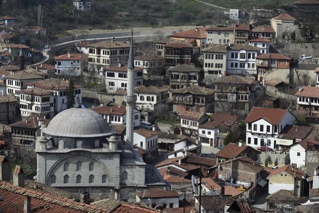 登上高處,從夫杜爾克山丘 (Hıdırlık Tepesi) 的觀景台向下望,可以一覽番紅花城的全貌。