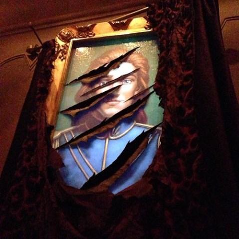 ボロボロの絵。これ、雷が鳴ると野獣に!
