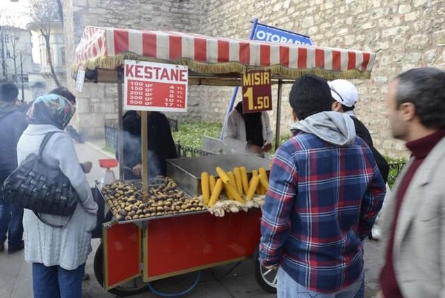 舊城區最常見的小吃攤大概是這種玉米和栗子的混合,玉米有水煮和烤的,不算貴但是味道不怎樣;栗子則是用烤的,很貴但味道還不錯。