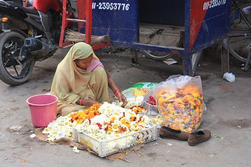 IMG_0043_New-Delhi-temple-flower-vendor