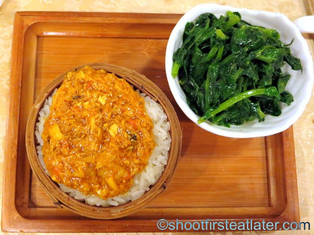 hairy crab meat with steamed sticky rice with sauteed sugar peas shoots-001