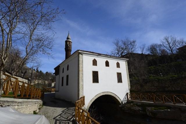 民宿老闆娘推薦的景點 - Kaçak Lütfiye Camii。一座跨越小溪的清真寺,建於 1880 年。旅遊書上沒見到,一般人的遊記也少見,但卻是除了鄂圖曼式建築外,最吸引我的景點。
