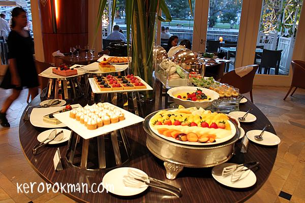 Town Restaurant, Fullerton Hotel