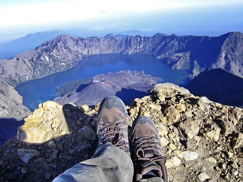 Jejak kaki di puncak Gunung Rinjani