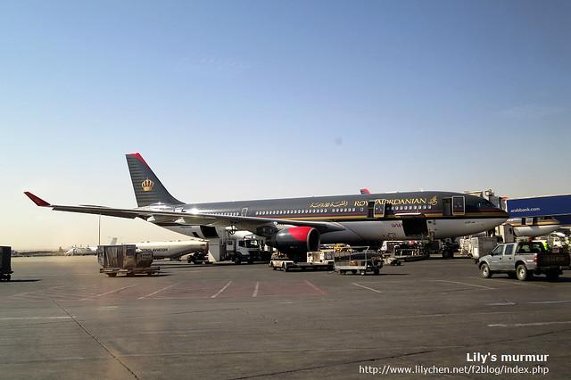 這是國際線的長程客機,我們就是搭這種的從香港飛到安曼來。飛機外身漆成黑色很顯眼。
