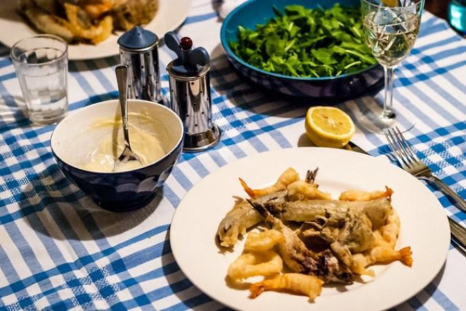 Fritto misto alla Piazzese: gefrituurde sardientjes, inktvis en garnalen
