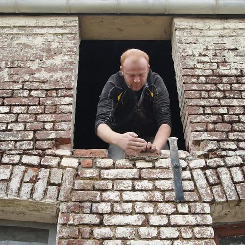 Mat le Maçon pose une fenêtre (2)