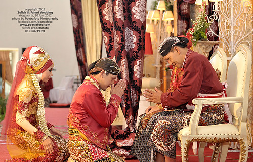 Foto Sungkeman: Javanese Wedding Procession by Indonesian Photographer by POETRAFOTO - Fotografer Yogyakarta Indonesia