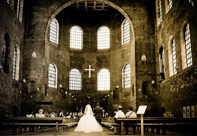 Trouwerij in de Basilica van Constantijn in Trier.