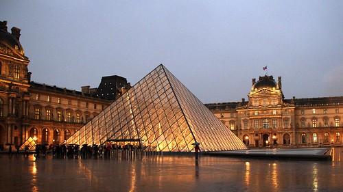 Le Louvre sous la pluie