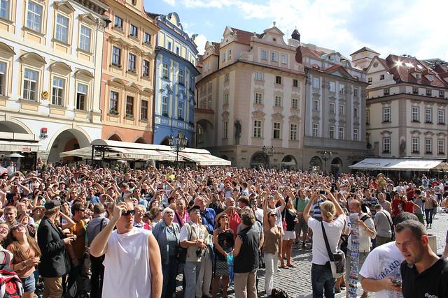 Millones de turistas esperando para ver el cambio de hora del Reloj Astronómico