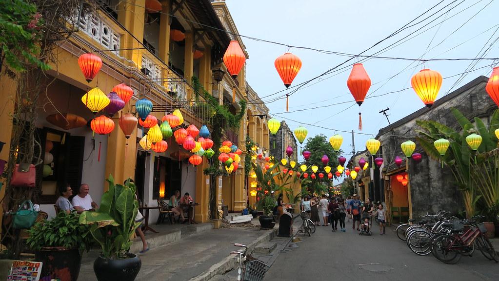 【越南。會安三天兩夜自由行】不可錯過古城的燈籠節。必吃越南法國麵包Banh My Phuong。沿岸河畔小吃。Tam Tam ...