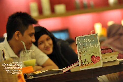 FOTO PREWEDDING INDOOR: BOOK LOVERS PHOTO CONCEPT by POETRAFOTO - Fotografer Yogyakarta Indonesia
