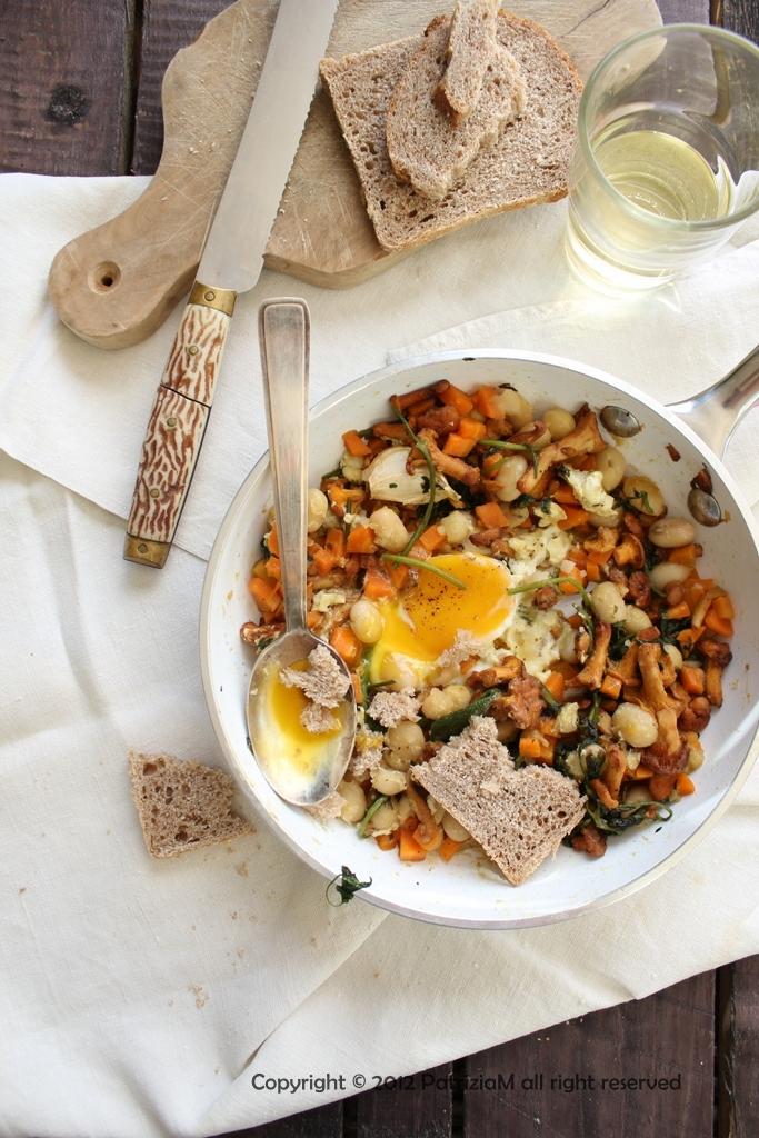 Zuppa di fagioli bianchi con zucca,finferli e uovo
