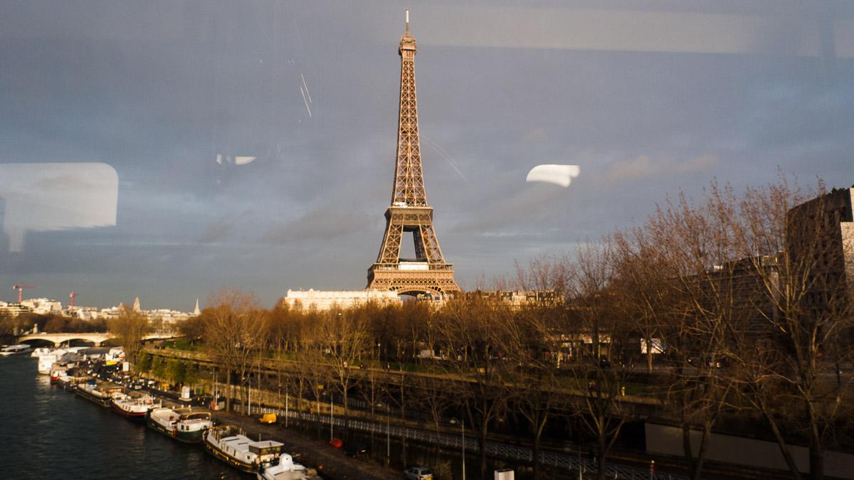 La Torre Eiffel desde la línea 6 del metro a su paso por el puente de Bir-Hakeim