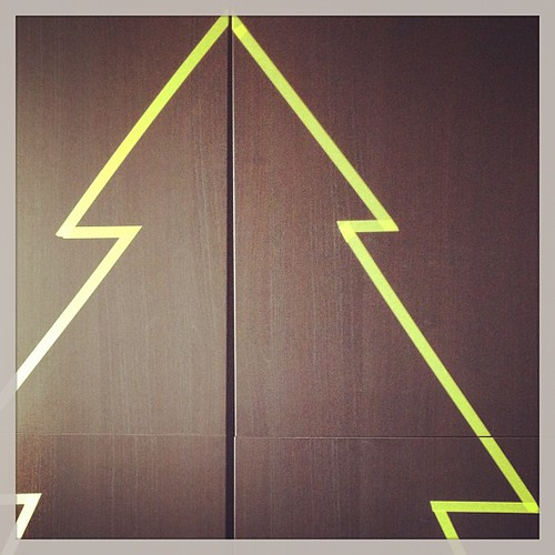 Onze kerstboom plakt op de kast #fabriekromantiek